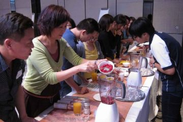 team collaborate to make juices in creative juices team building activity