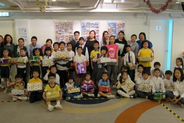group photo with children building a dream team building activity