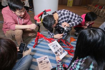 employees collaborate to complete building a dream team building activity