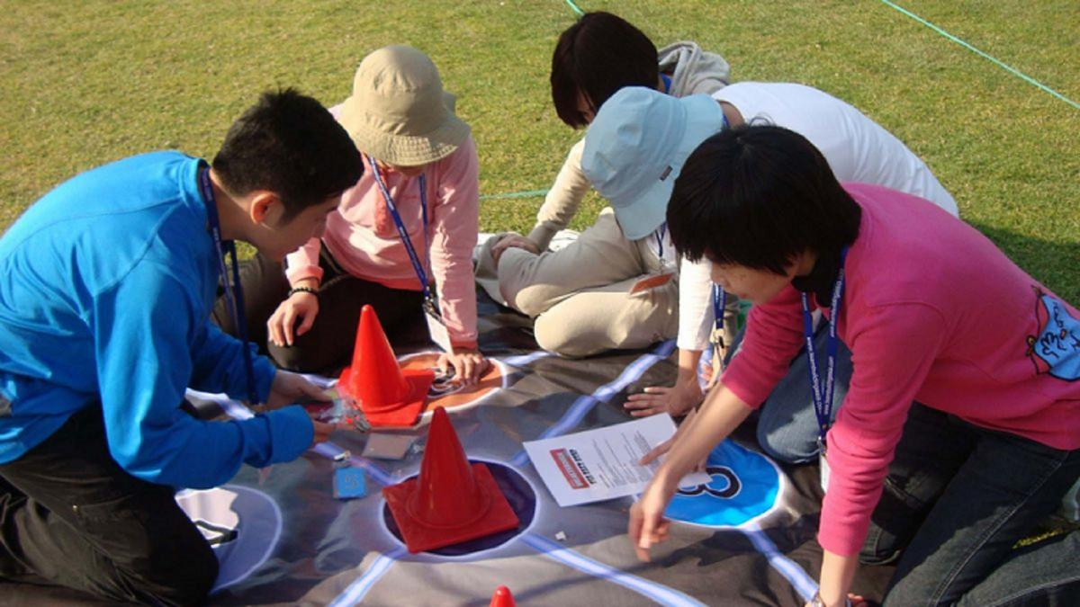 teamwork to complete outdoor team building challenge